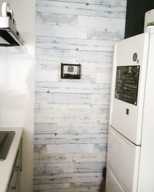ホワイトカラーが爽やかな台所壁