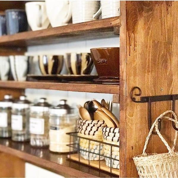お気に入りカップが並ぶカフェ風キッチン