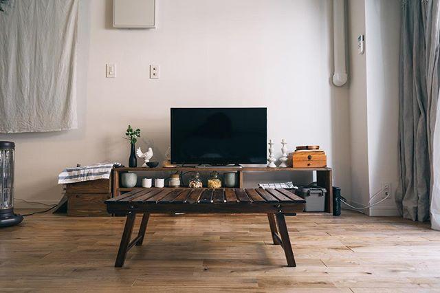 低い家具を使った一人暮らしのおしゃれな部屋