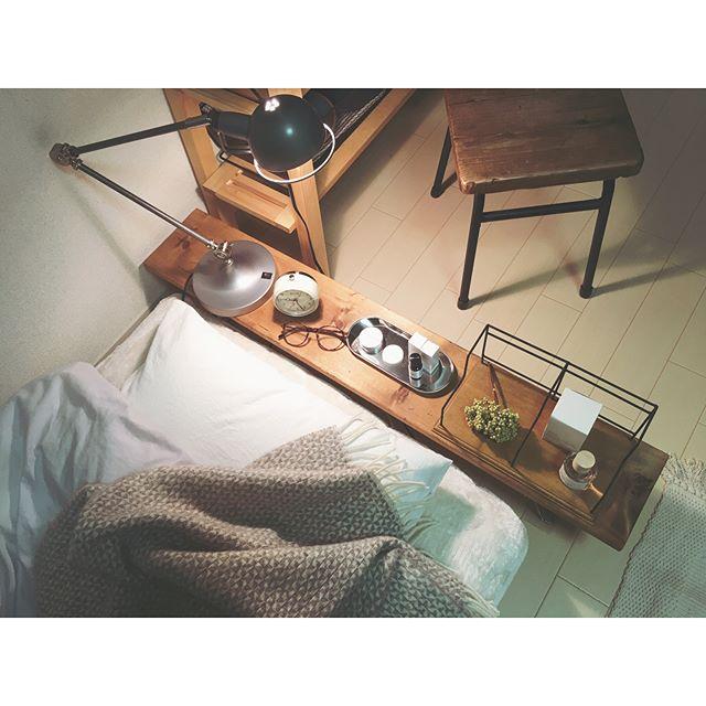 サイドテーブルはベッドの頭上にレイアウト