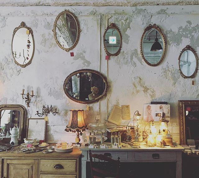 鏡のあるアンティーク風な空間2
