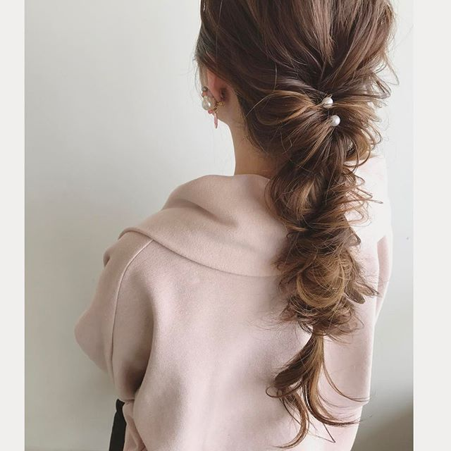 髪をリボンに見立てたワンランク上のヘアスタイル