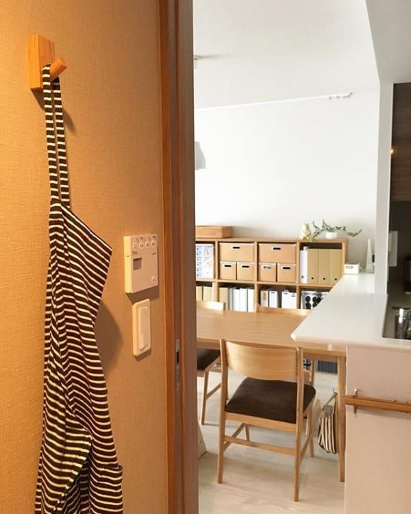 「壁に付けられる家具」のフックでエプロン掛け