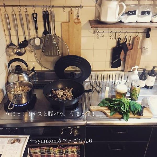 棚下も有効活用した調理器具収納