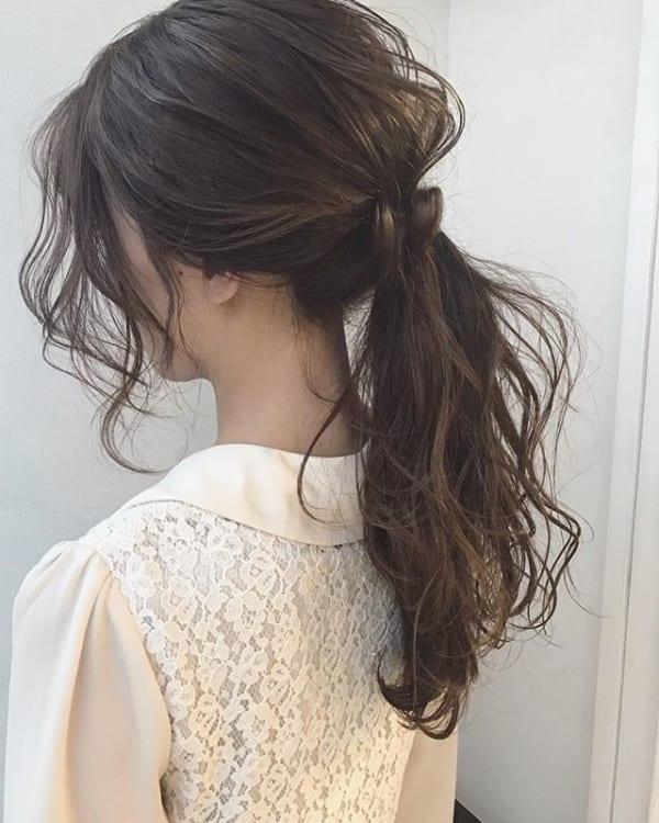 ふんわりとしたボリューム感の黒髪ローポニー