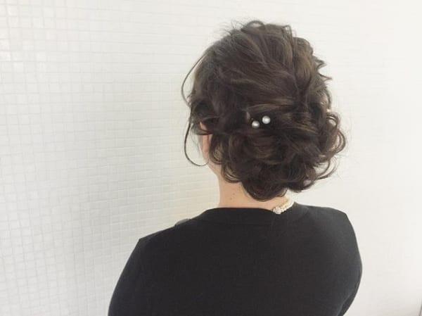 フォーマルにもぴったりな黒髪ロングのまとめ髪