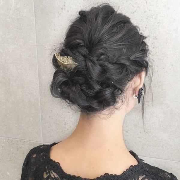 編み込みで作る立体感のある黒髪まとめ髪
