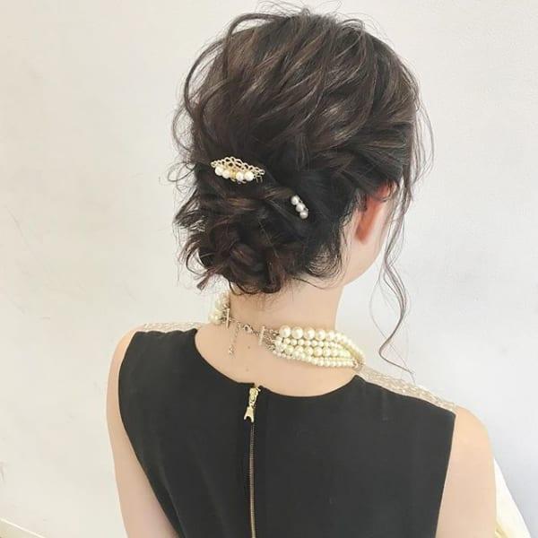 パーティーシーンにもぴったりな華やかまとめ髪
