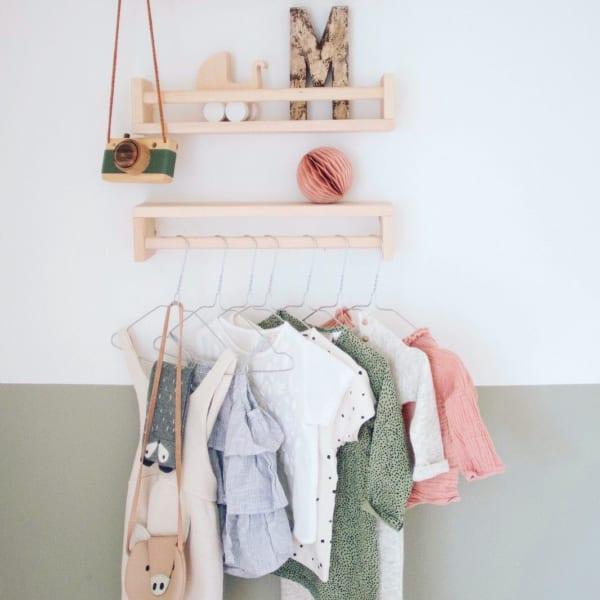 子供服を可愛く飾った海外の子供部屋