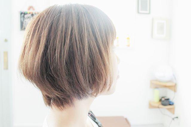 内巻きブルーアッシュショートヘア