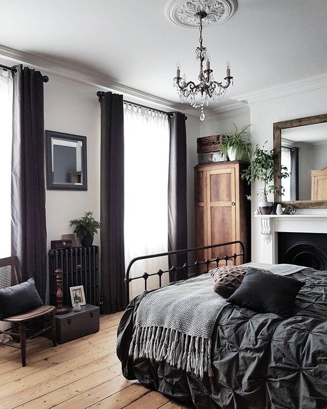 黒やグレイを基調としたおしゃれな寝室