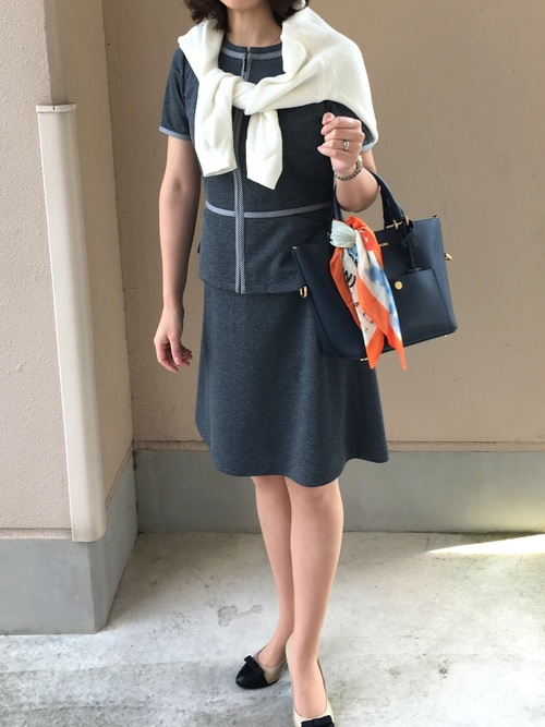 小物で差をつけるコンサバなオフィスカジュアルスーツコーデ