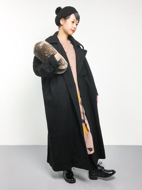 花柄ワンピース×黒ロングコートの冬コーデ