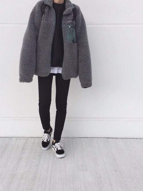 黒デニム×フリースジャケット