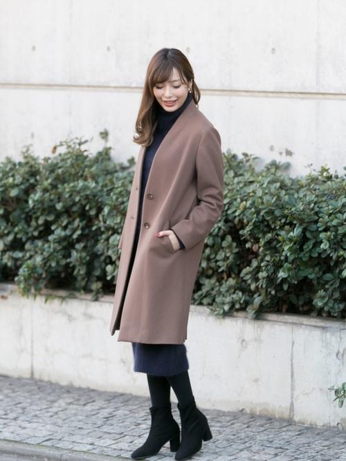紺ワンピース×茶色コートの忘年会コーデ