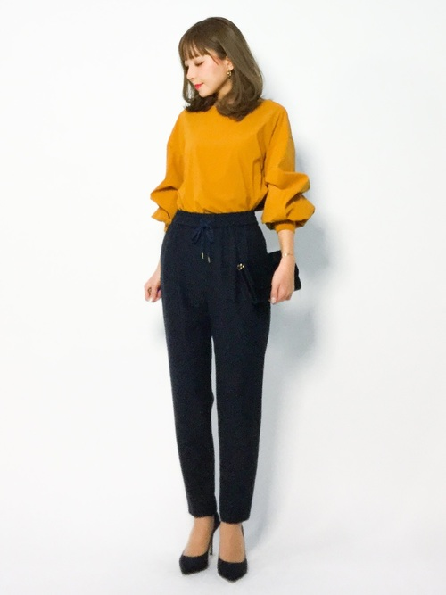 黄色ブラウス×紺パンツのオフィスカジュアル