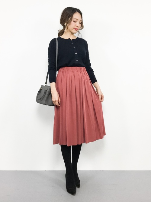 紺カーディガン×赤スカートの忘年会コーデ