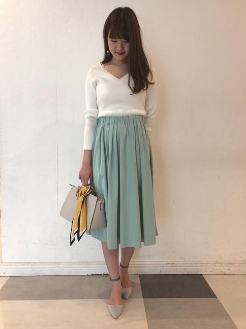 白ニット×ライトグリーンスカートの忘年会コーデ