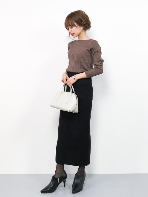 茶色ニット×黒タイトスカートの冬コーデ