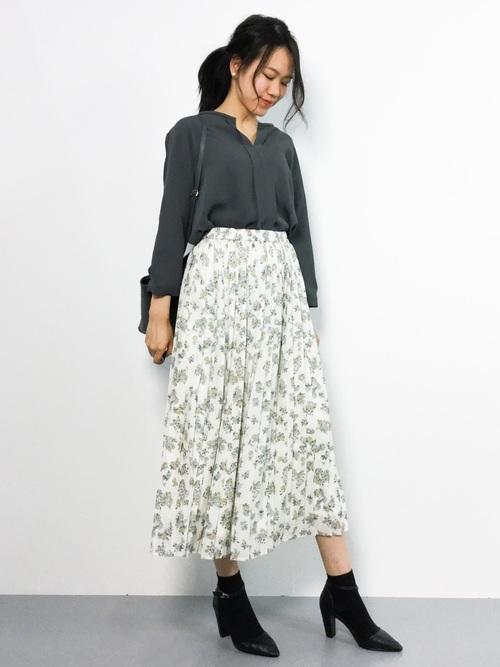 ブラウス×花柄スカートのオフィスカジュアル