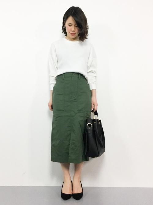 白トップス×緑タイトスカートの通勤コーデ