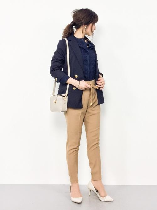 紺ブラウス×紺ジャケットのオフィスカジュアル