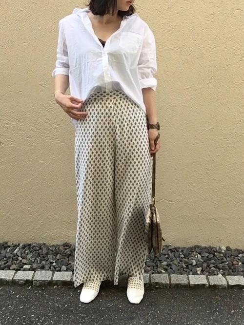 白シャツ×小紋柄パンツ