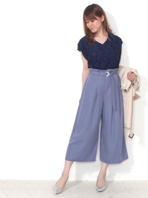 紺半袖ブラウス×青パンツのオフィスカジュアル