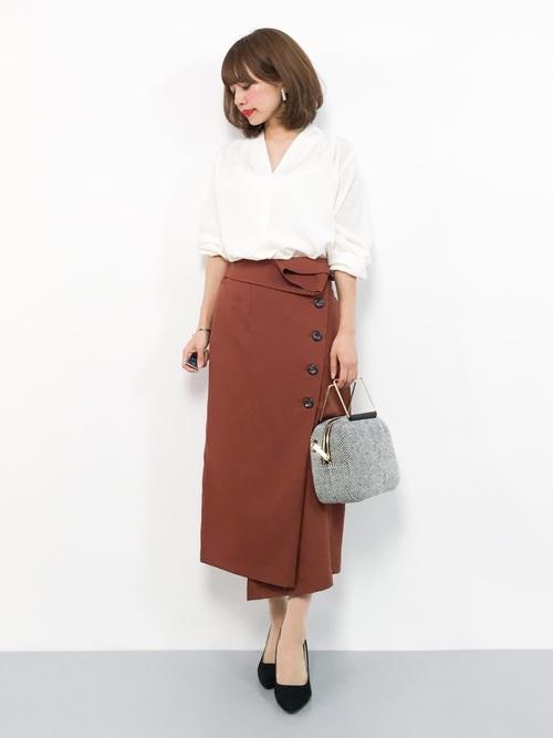 白ブラウス×茶スカートのオフィスカジュアル