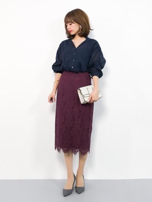 紺ブラウス×赤スカートのオフィスカジュアル
