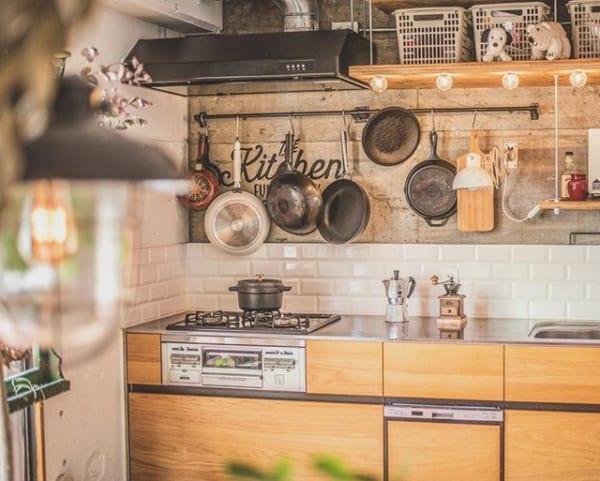 吊り下げ収納でおしゃれなカフェ風キッチン