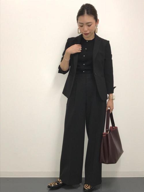 オールブラックなオフィスカジュアルパンツスーツコーデ