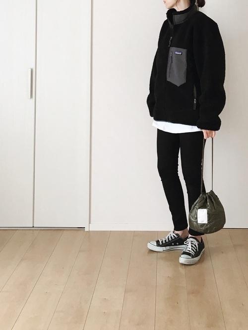 黒スキニー×黒フリースブルゾン