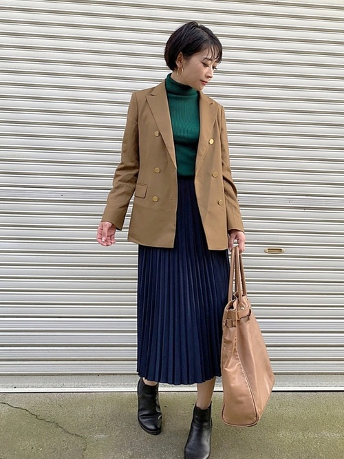 茶色ジャケット×紺プリーツスカートの通勤コーデ