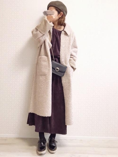 紫ワンピース×ベージュファーコートの冬コーデ