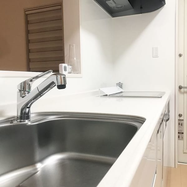 洗剤でキッチンシンクを洗う基本の掃除方法