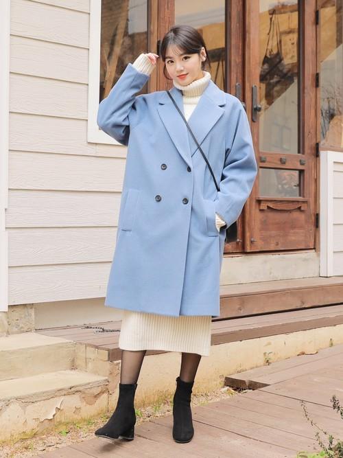 白ニットワンピース×水色コートの冬コーデ