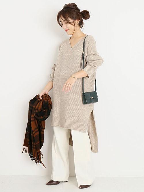 【1月の大阪向けの服装】ベージュニット×白パンツ