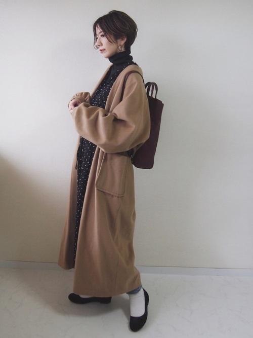ドット柄ワンピース×マキシ丈コートの冬コーデ
