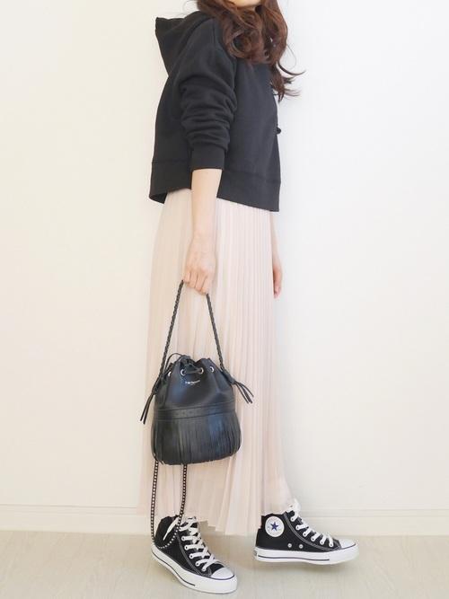 黒パーカー×プリーツロングスカート