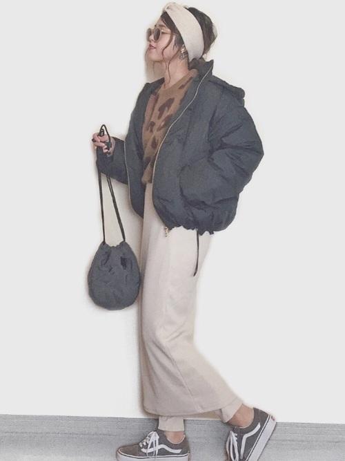 ダウンジャケット×ミディスカート