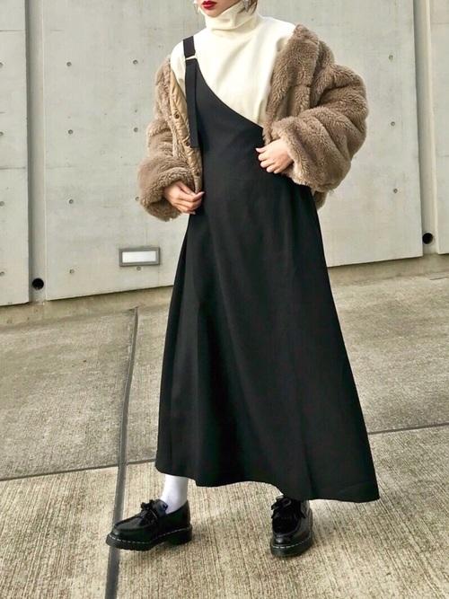 黒ワンショルワンピ×ブラウンコートの冬コーデ