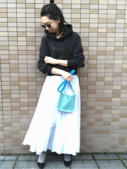 白マキシスカート×パーカー