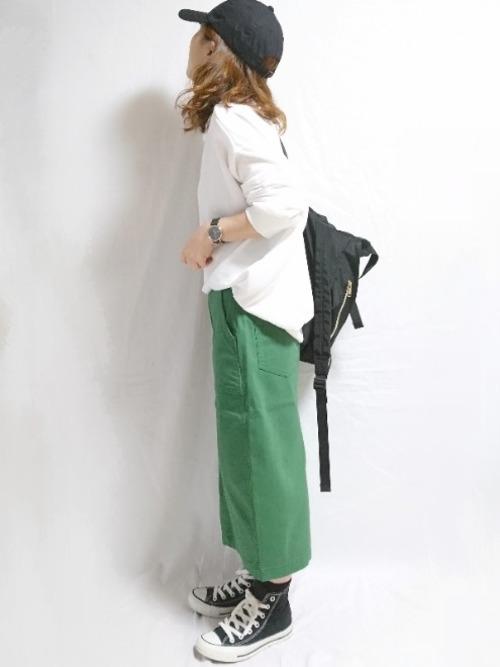 白スウェット×グリーンタイトスカート