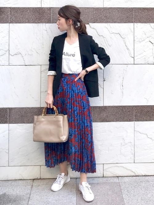 華やかスカートで30代トレンドオフィスコーデ