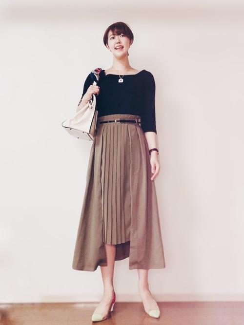 足を長く見せるデザインスカートコーデ