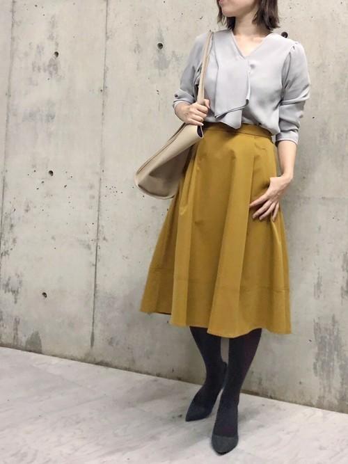 グレーブラウス×黄色スカートの忘年会コーデ