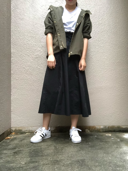 シンプルなブラックスカート