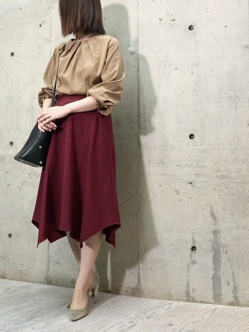 ブラウス×赤スカートのオフィスカジュアル
