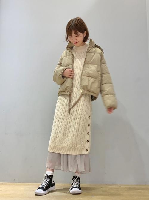 白ニットワンピで冬の重ね着スタイル